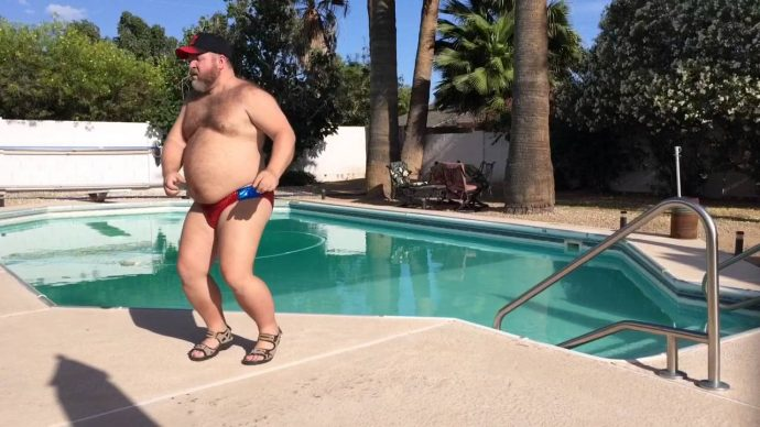 Un grandullón y su diminuto bañador rojo se viralizan al ser pillados en vídeo