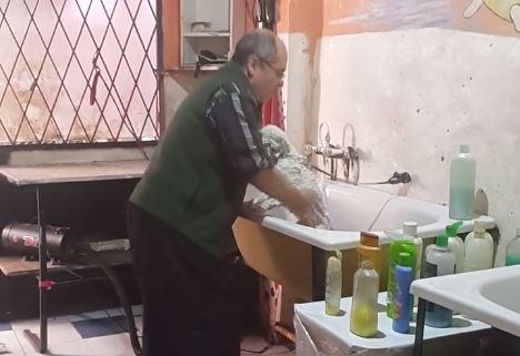 Un Peluquero se viraliza al ser pillado con las manos en la masa por su mujer
