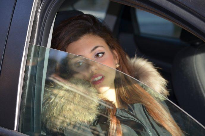 Un hombre no sabía qué hacer cuando su mujer le dijo que parara el coche repentinamente