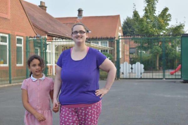 Milnes: La madre que siempre lleva a su hija en pijama al colegio