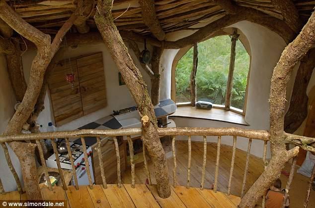 Un hombre se viraliza al construirse una casa de ensueño con restos de madera