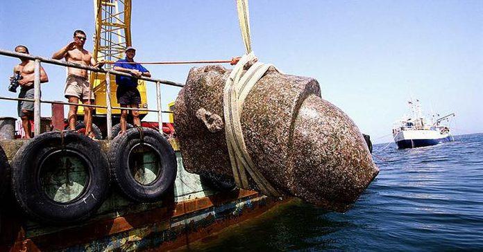 estos buzos se adentraron en el oceano y descubrieron algo que parece de ciencia ficcion banner