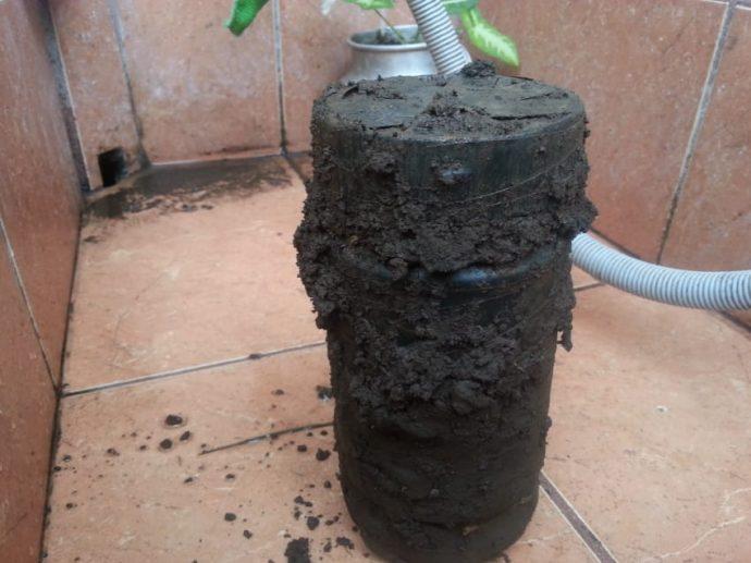 Comenzaron a cavar en el jardín y se encontraron un escalofriante jarrón repleto de brujería