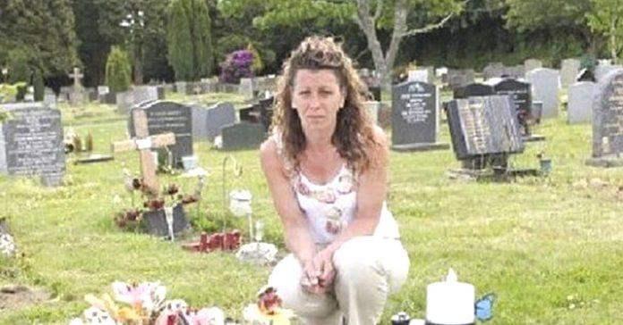 madre obligada retirar lapida tumba hijo