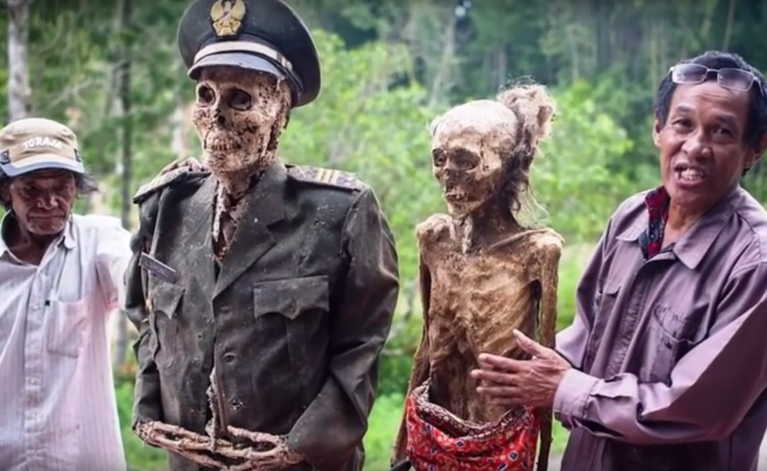El ritual de Toraja: La extraña ciudad que cada tres años desentierra a sus difuntos para hacerlos caminar