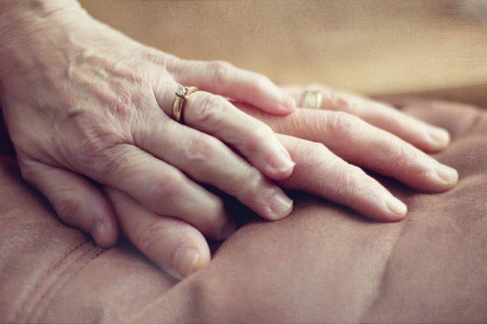 Este anciano de 100 años agarró la mano de su esposa..