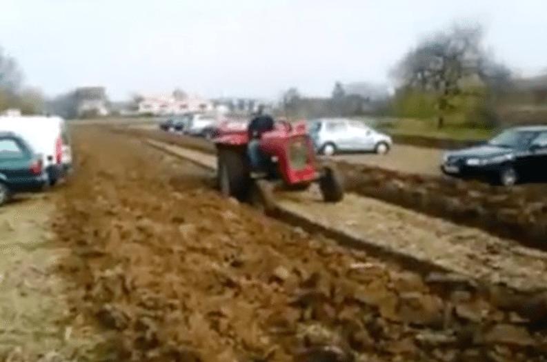 Un granjero se viraliza al vengarse de los coches que aparcaban siempre en su terreno