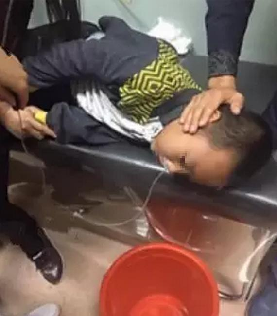 Xinze: El pequeño que tuvo que ser trasladado a un hospital de urgencia tras vomitar una sustancia negra por unos abusones