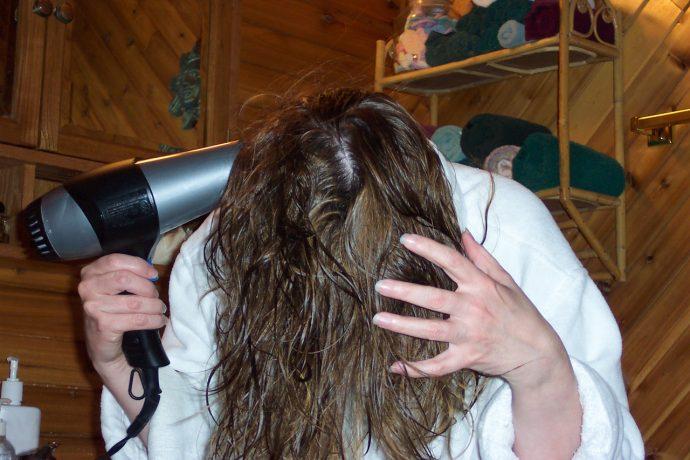 10 Trucos y errores que cometes cada día al secarte el pelo