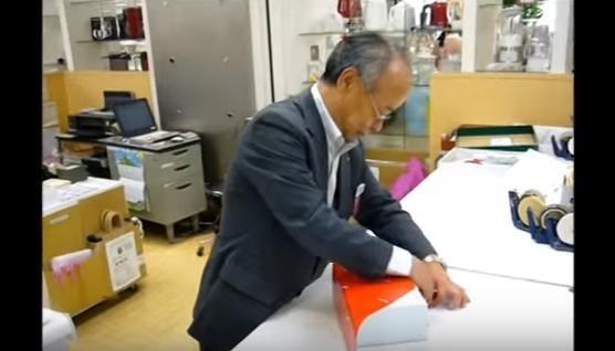 Se extiende por las redes el vídeo del método Japonés para envolver regalos en sólo unos segundos