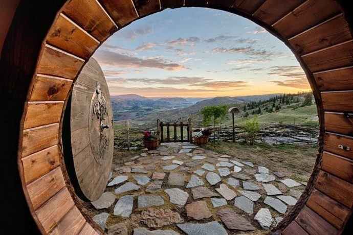 Construyó su propia casa Hobbit en una colina y ahora la alquila a través de Internet
