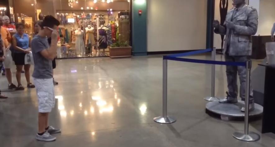 """Un chico se viraliza al retar a una """"estatua"""" a una batalla de baile entrando en acción"""