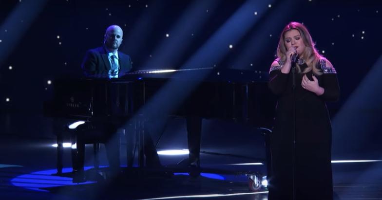 """Kelly Clarkson vuelve a """"American Idol"""" con una actuación muy emotiva"""