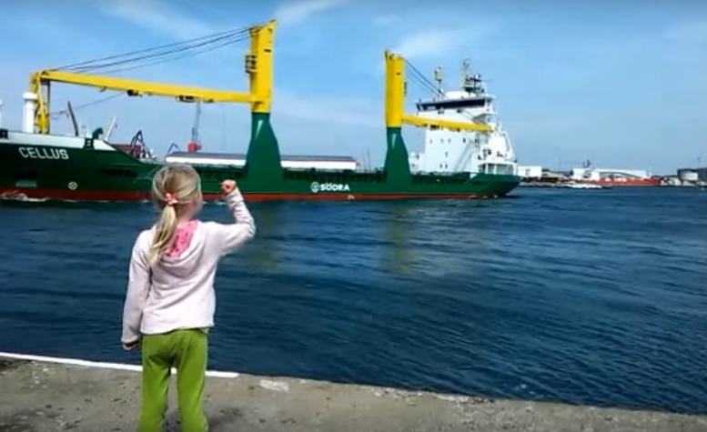 Una niña toma una mala elección al pedirle a un barco que tocase la bocina