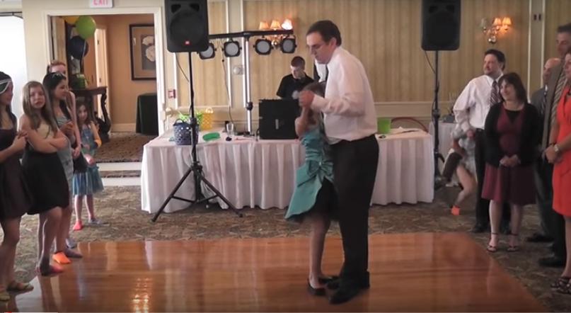 Una pequeña pone patas arriba Internet al intentar sacar a su Padre a bailar