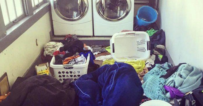 madre estresada estalla al ver el caos que reina en su lavadero banner