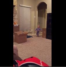 Un pequeñín se viraliza al pillar a su padre con su juguete favorito
