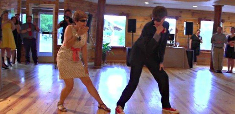 Te encantará este baile especial de madre e hijo durante su boda