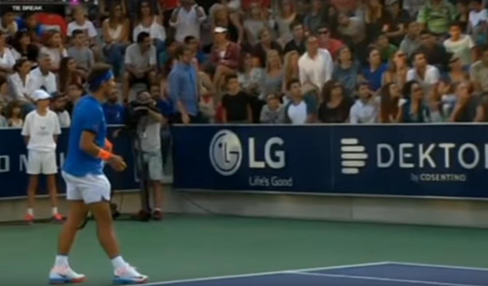 Esta niña perdida no puede encontrar a su mamá, y el tenista Rafael Nadal decide parar el partido