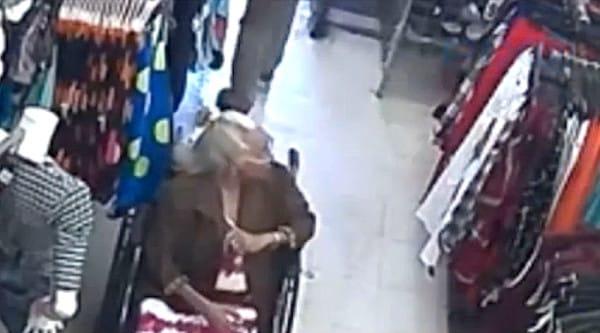 Un hombre asalta a una anciana robándole el dinero de su pensión recibiendo su merecido