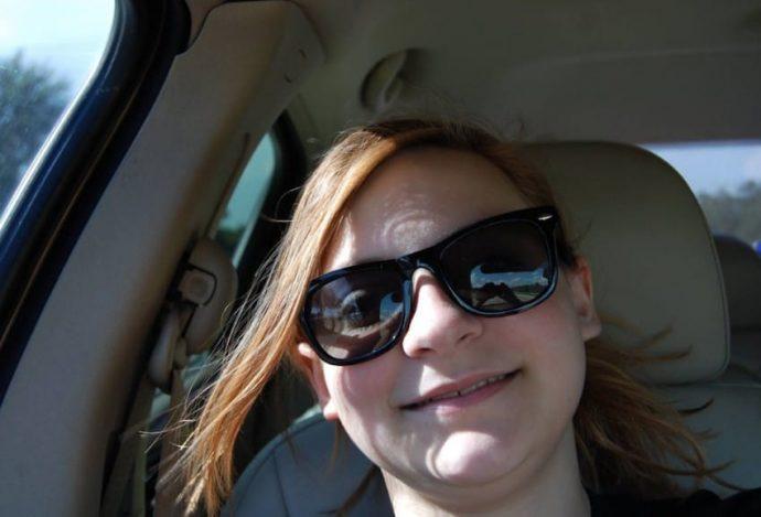 Una chica se viraliza al sacarse una selfie 'sola en el coche'