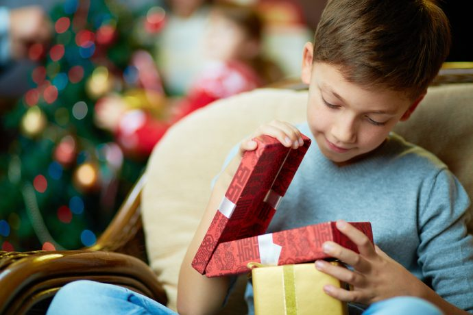 Chico de 8 años se empeña en que su mejor amigo disfrute de una bonita Navidad