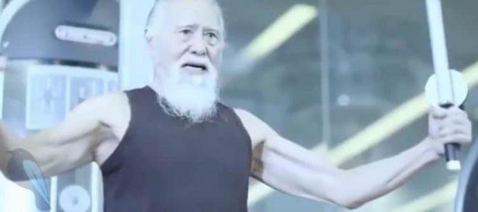 Este anciano está demostrándole a todo el mundo que la edad es tan solo un número