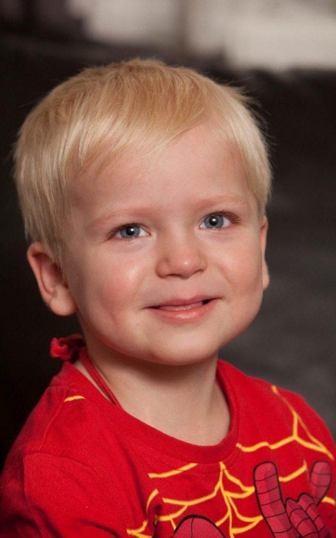 Esta familia bautizó a su hijo antes de desconectarle, entonces los doctores vieron cómo se fue despertando