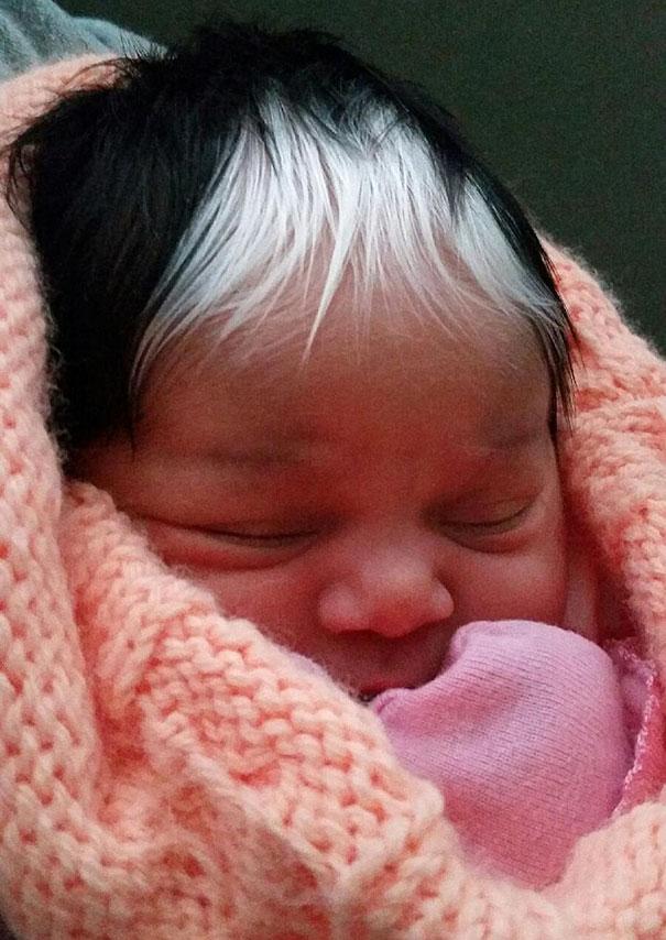 Esta pequeña nació con el mismo mechón blanco en el pelo que toda su familia ha heredado