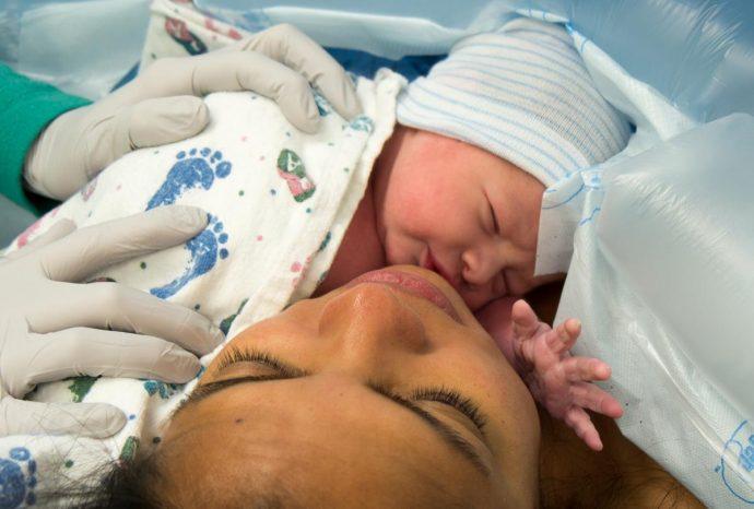 Este padre se queda en shock después de que le cobren 40 dólares por abrazar a su recién nacido en la sala de partos