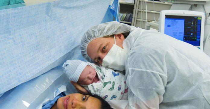 este padre se queda en shock despues de que le cobren 40 doxxlares por abrazar a su reciexxn nacido en la sala de partos banner