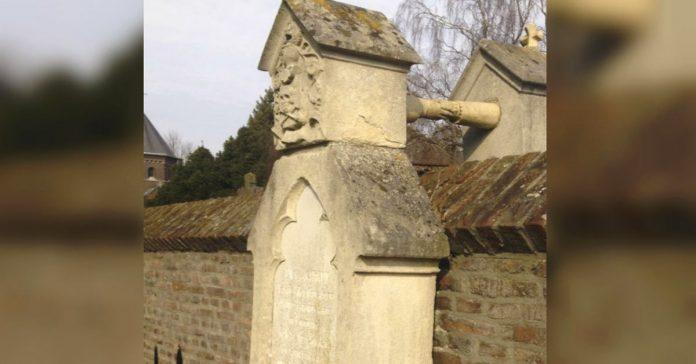 fotografo capta la imagen de dos tumbas conectadas por una extrana mano banner