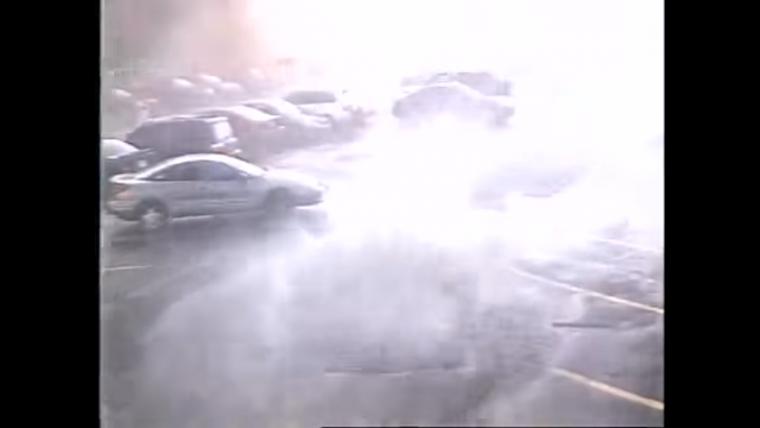 Empiezan a grabar en este aparcamiento cuando aparece de repente un tornado ante sus ojos