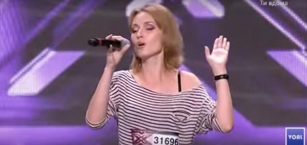 Detienen a una artista en plena actuación al creer que su voz no era real