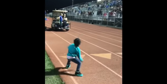 Esta niña realiza un baile adorable en el descanso, pero cuando la mascota se une, ¡la gente se vuelve loca!