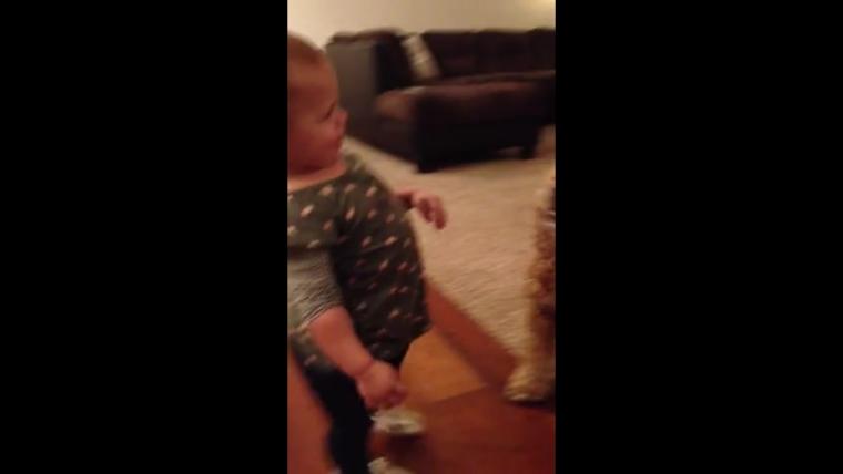 Una pequeña de 15 meses se viraliza al burlarse de su madre embarazada imitándola por toda la casa