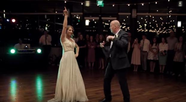 El baile de una pareja en su boda da un giro radical tras cambiar de canción y que el padre mirase a la cámara