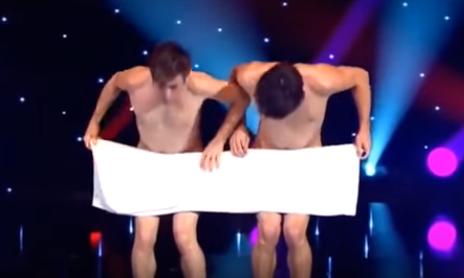 Nunca antes habías visto un baile como éste. ¡Espera hasta que la toalla desaparezca!