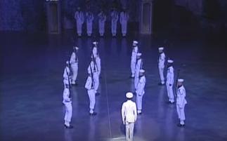 18 marineros que se mueven como si fuesen uno sólo