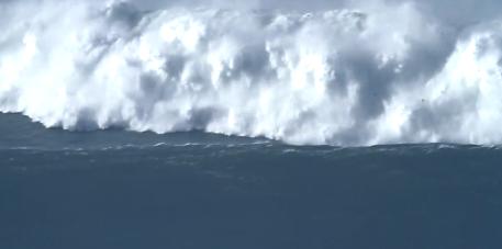Surfistas de todo el mundo intentan coger olas de 30 metros de altura en uno de los lugares más peligrosos de la tierra