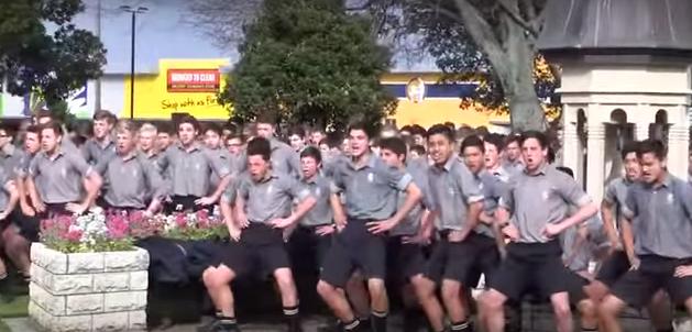 El curioso vídeo de la reacción de una escuela pone patas arriba Internet al presentarse en el funeral de un maestro