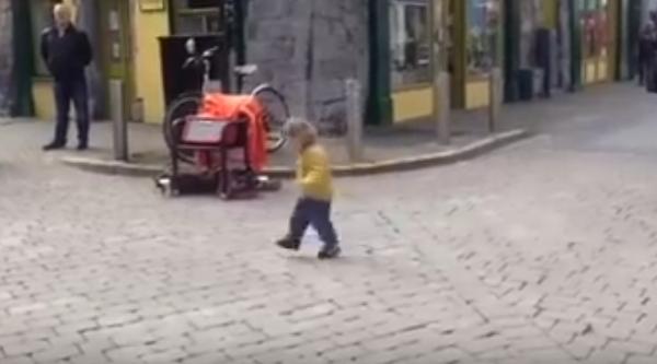 Una pequeñina de 3 años se viraliza al acercarse a una irlandesa en medio de la calle