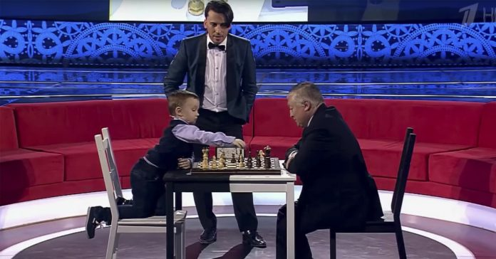 la reaccion de este pequenxxo de 3 anxxos al perder al ajedrez contra el excampeon del mundo te conmovera banner