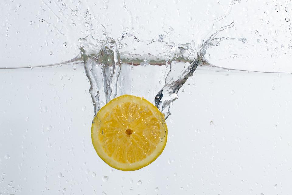 14 Cosas que empiezan a ocurrir al cuerpo al tomar agua con limón durante un mes