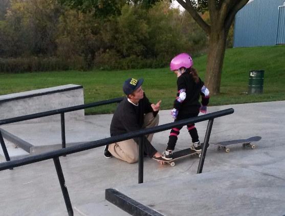 Este skater adolescente le enseñó a una niña de 6 años cómo hacerlo