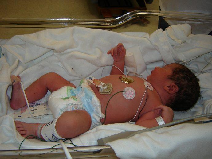 Pensó que había perdido a su recién nacida, pero entonces su hijo de tres años hizo algo increíble