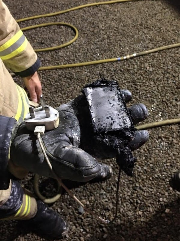 Puso su móvil a cargar antes de dormir, pero horas después su habitación estalló en llamas