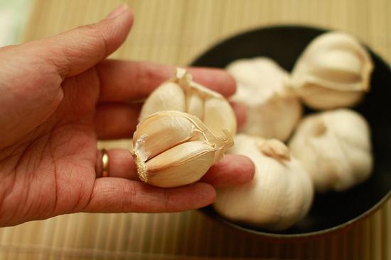 Conoce cómo detectar y evitar consumir ajo que ha sido tratado con productos tóxicos en China