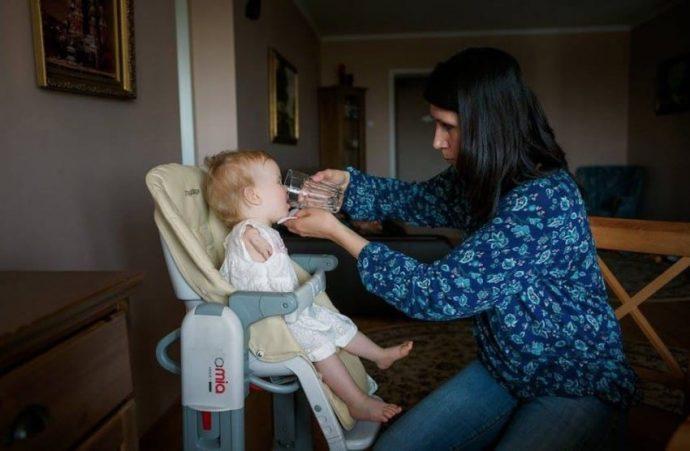 Su hija nació distinta a los demás. Pero su madre ha querido compartir cómo consigue hacerlo todo sólo con sus piernas