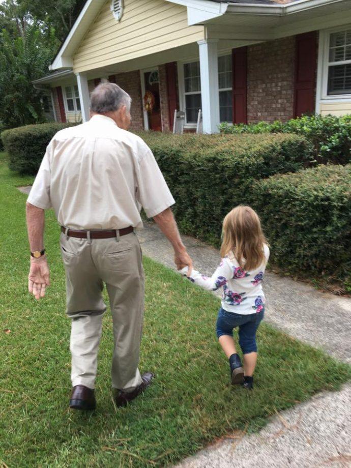 Una niña de 4 años se viraliza al llamar viejo a un viudo sin saber que la grababan